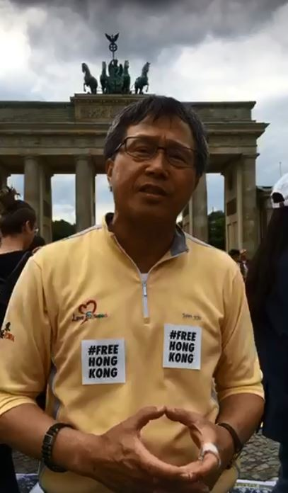 駐德國代表謝志偉表示,不少香港人於柏林布蘭登堡大門舉辦抗暴反送中活動,許多台灣人也前來參加。(圖擷自謝志偉臉書)