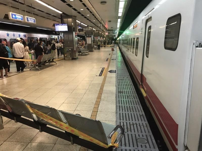 台北車站第三月台傳出男子跳軌被普悠瑪列車撞擊身亡,遺體卡在車底,警方封鎖現場。(記者王冠仁翻攝)