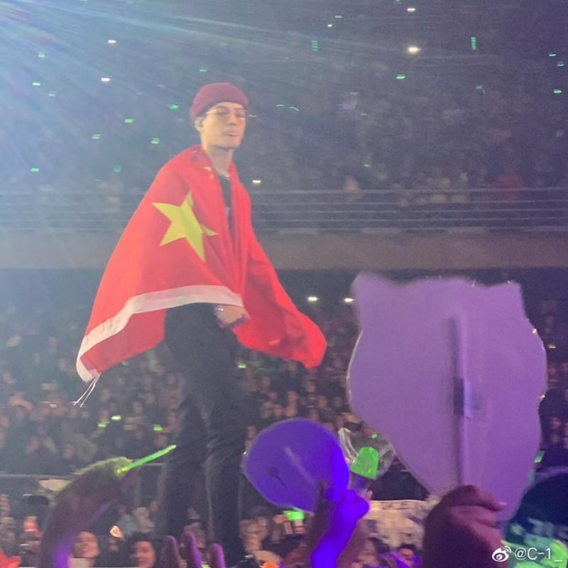韓團「GOT7」港籍成員王嘉爾,日前披上五星旗高呼「Call me Chinaman」,讓中國網友大讚,但實際上「Chinaman」是種族歧視用詞。(圖擷自微博)