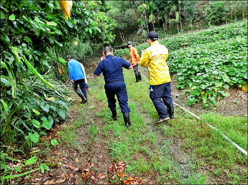 高雄那瑪夏區李姓男子失蹤一週,警義消和部落族人組成的搜救隊,持續在山中冒雨搜索。(記者蘇福男翻攝)