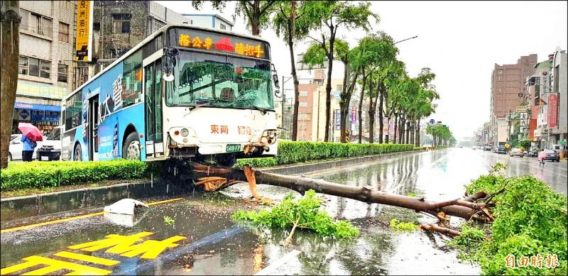 鳳山驚傳公車衝撞安全島,造成一名女乘客受傷送醫。(記者陳文嬋攝)