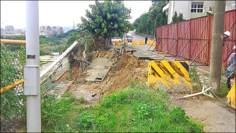 泰山區南泰路前晚9點多,路面突然塌陷約20米。(記者陳心瑜翻攝)