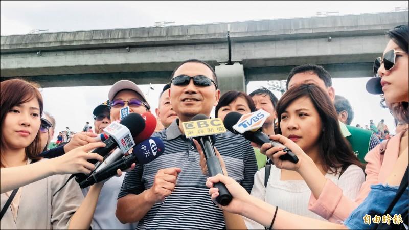 新北市長侯友宜昨天出席大台北都會公園瀑布滑草場,重申拚市政優先。(記者陳心瑜攝)