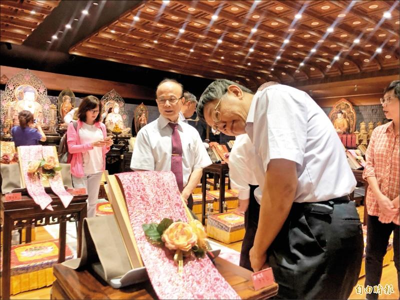 台北市長柯文哲昨參觀佛寺。(記者魏瑾筠攝)