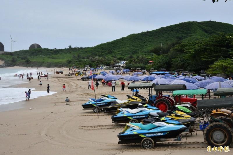 八月氣候不穩讓許多水上業者只能在岸上休息。(記者蔡宗憲攝)