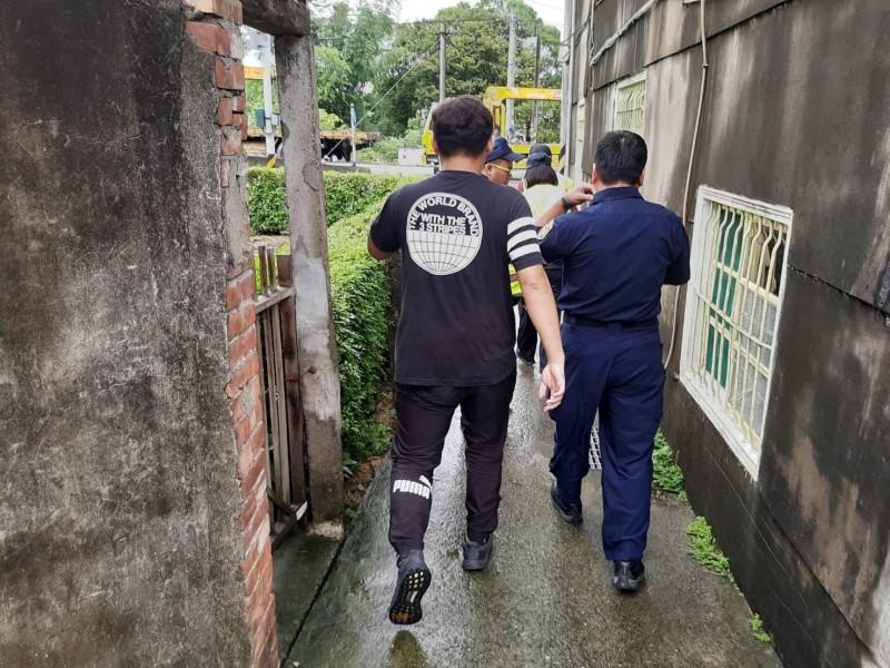 李男於案發後,躲入巷弄內,被苗栗警方帶回派出所處理。(記者張勳騰翻攝)