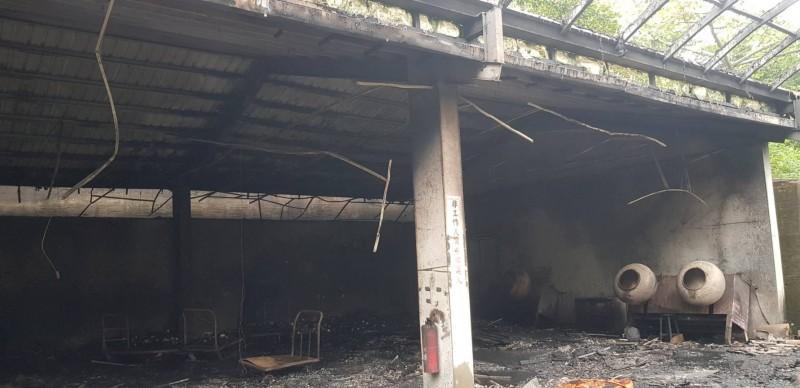 廠區內屋頂完整,並未巨大爆炸。(記者鄭名翔翻攝)