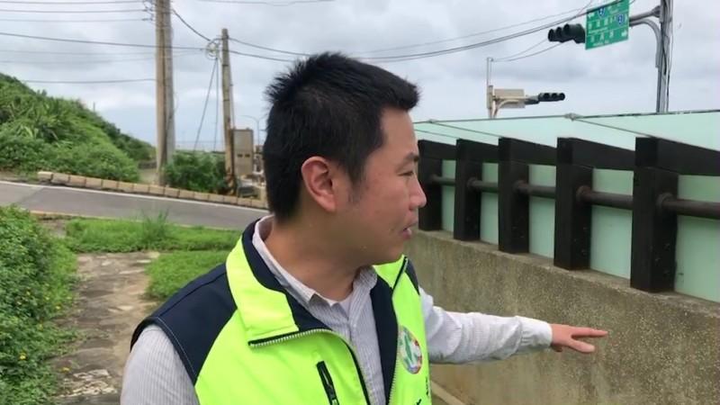 新北市議員張錦豪偕同北觀處及警方到場會勘。(記者吳昇儒翻攝)