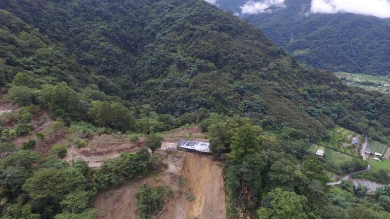 地震+豪雨 投83線20.5K邊坡崩塌300公尺