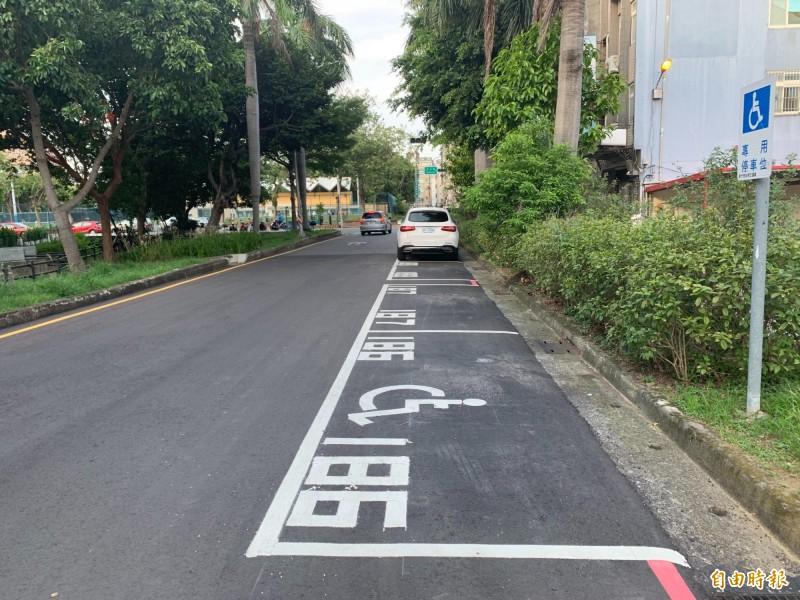 新竹市政府交通處與電信公司合作,在竹市停車熱點建置1130個地磁感應器,只要加入line的好友搜尋「Parking GO」並加入好友,就能獲得停車資訊,快速找到剩餘車位的指示。(記者洪美秀攝)