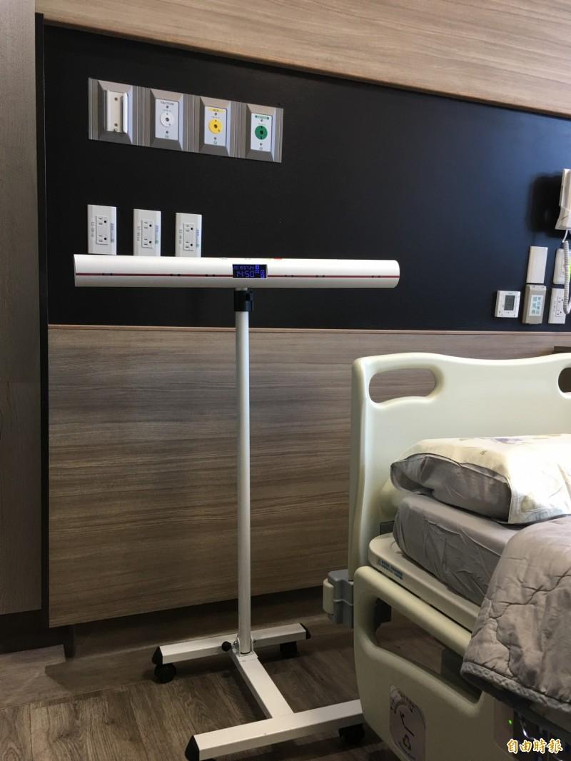 弘光資工老師與彰基研發新式離床警示系統,紅外線專利防病患跌倒 。(記者張軒哲攝)