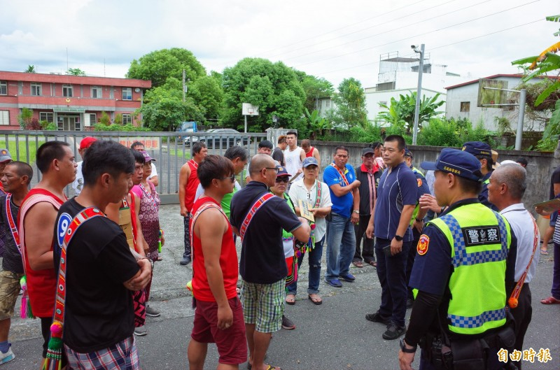 瑞穗鄉拉加善部落族人60多人上午到縣警局交通隊第二分隊門口抗議,多位警員到場維持秩序。(記者花孟璟攝)