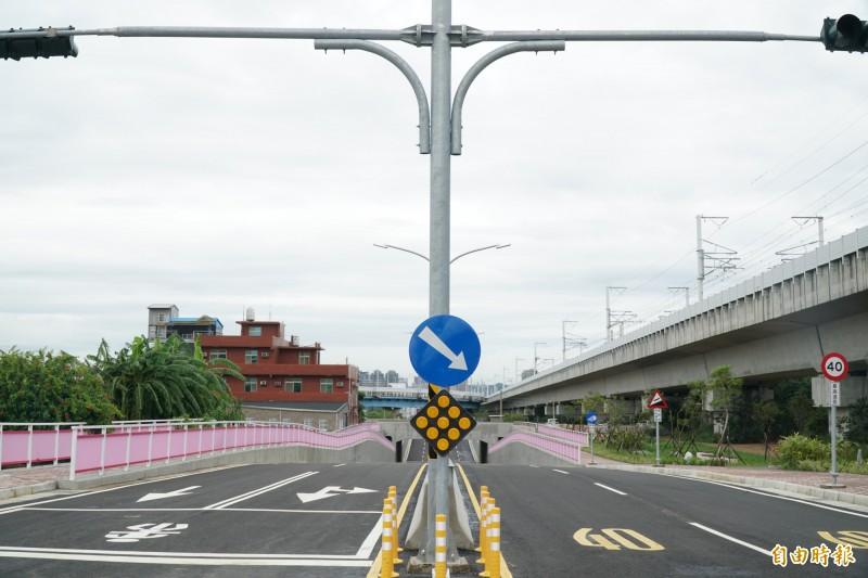 高鐵橋下聯絡道延伸至竹科工程,第二期第二階段工程最困難處,為闢建穿越台鐵內灣線的地下道。(記者廖雪茹攝)
