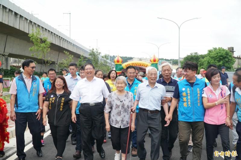 高鐵橋下道路工程第二期第二階段通車,縣長楊文科(左三)等人牽著4位百歲阿公、百歲阿嬤走一段路。(記者廖雪茹攝)