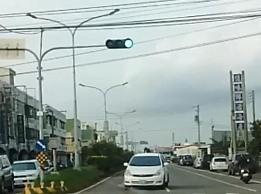 台17線彰化線西段出現白車逆向停等紅綠燈。(取自彰化踢爆網)