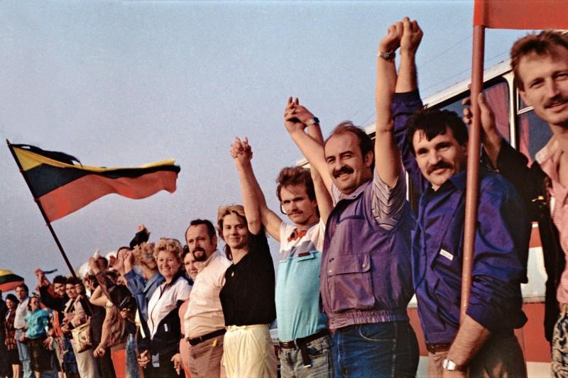 1989年波羅的海三小國一共只有800萬人口,卻由大約200萬人手牽手組成一個長度超675公里的人鏈,橫跨國境,連接三國首都,抗議蘇聯佔領,喚起世人對三國歷史的關心。(圖擷取自維基百科)