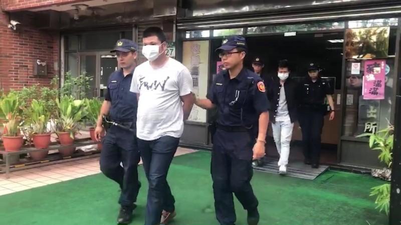 走在前頭的劉男與後方楊女遭警方移送法辦。(記者徐聖倫翻攝)