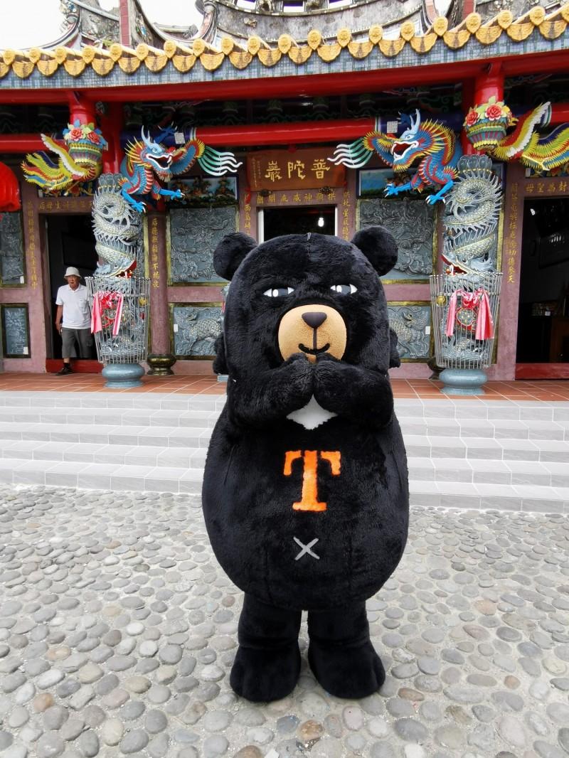 超級任務組長喔熊首度登上龜山島,為遊客介紹台灣觀巴龜山島路線玩法與特色。(台灣觀巴提供)
