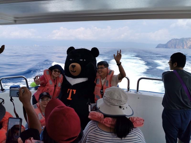 每年3到9月是龜山島登島賞鯨的季節。(台灣觀巴提供)