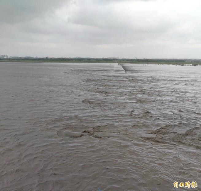 連日大雨,高屏溪處於高水位。(記者洪臣宏攝)