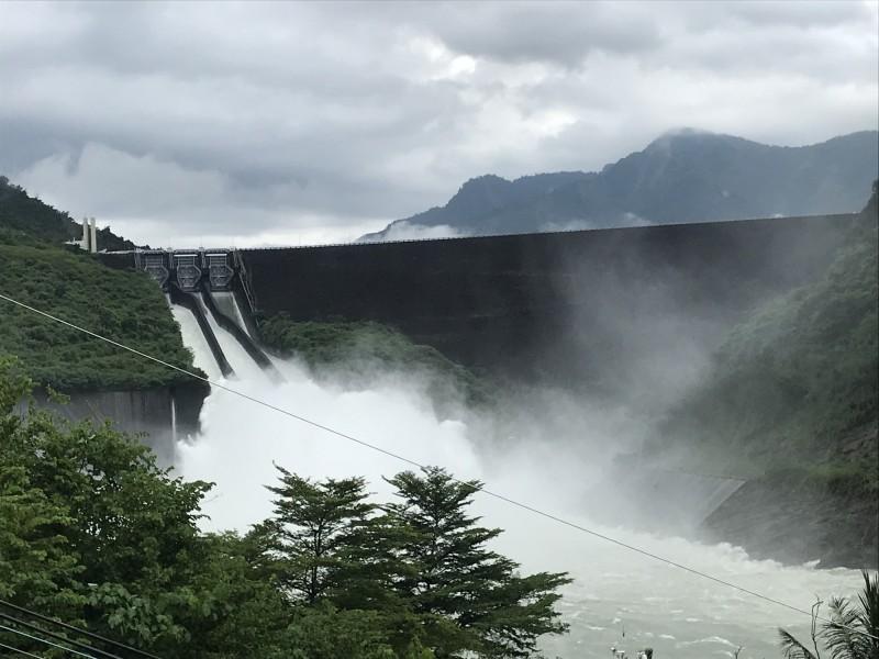 南化水庫持續調節性放水,騰出滯洪空間。(記者洪臣宏翻攝)