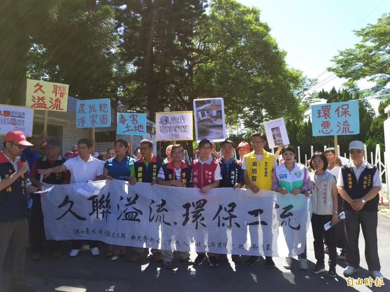 余筱菁(右3)不只耕耘於竹東,也著力於所有鄉鎮間的環境問題等議題,圖為日前她參與湖口地方對一家化工廠的陳抗行動。(記者廖雪茹攝)