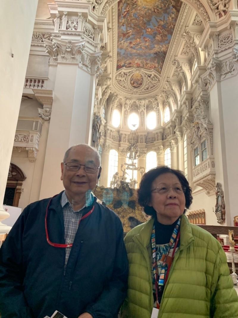 總統府前顧問鄭紹良(左)8月16日凌晨病逝於維也納,其妻鄭黃美玲(右)正於當地申請辦理火化事宜。(圖為家屬提供)