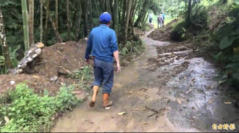 中寮鄉崁頂村的農路,被土石崩落而交通受阻,農作物採收無法外運。(記者陳鳳麗攝)