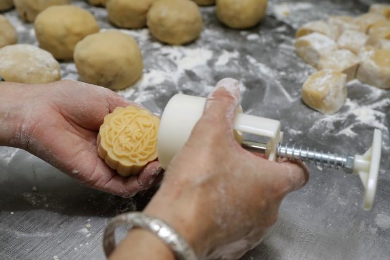 香港華爾登餅店將「香港人」字樣印在月餅上。(美聯社)