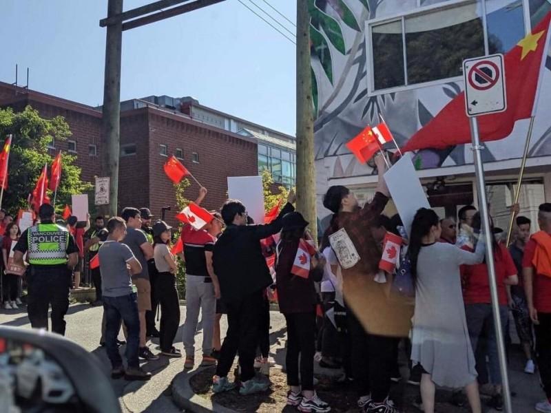 反送中》反制香港民主抗爭 親中團體包圍溫哥華教會