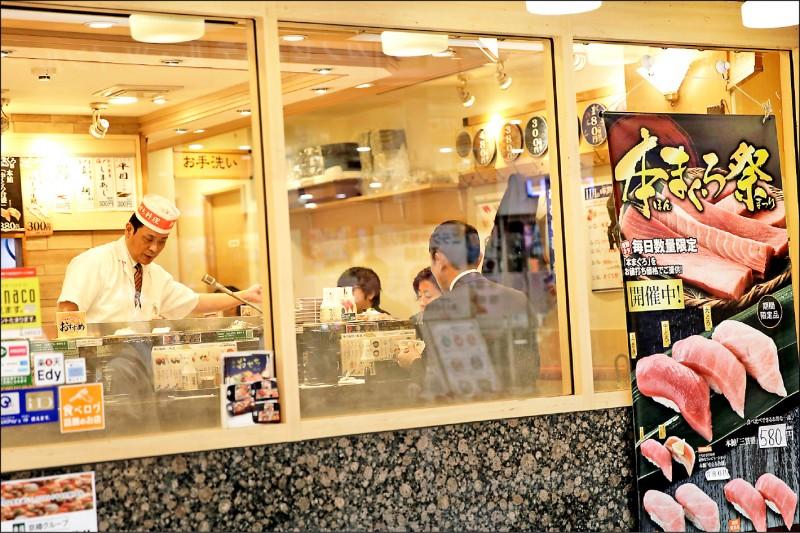 日本首相安倍晉三已表明,消費稅調漲政策將自10月1日起如期上路。預估稅收可增加5.6兆日圓(約1.7兆台幣),預定用於幼教、償還國債及社福支出。圖為東京一條商店街上的壽司店。(彭博檔案照)
