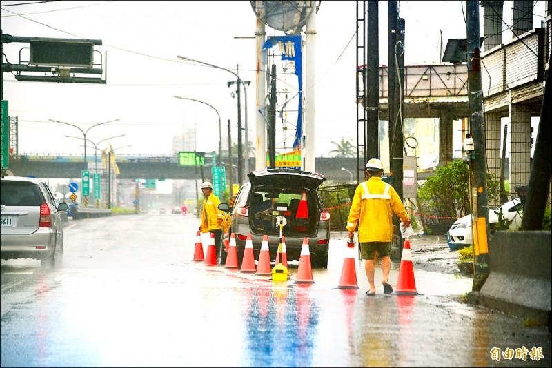 台十七線林邊鄉磘仔口橋路段昨天下午淹水,公路總局派員管制,禁止慢車道通行。(記者葉永騫攝)