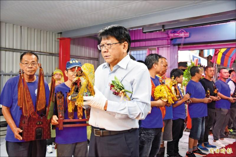 屏東東港開基共善堂昨天舉行重建典禮,縣長潘孟安將神尊奉請到臨時行館。 (記者葉永騫攝)