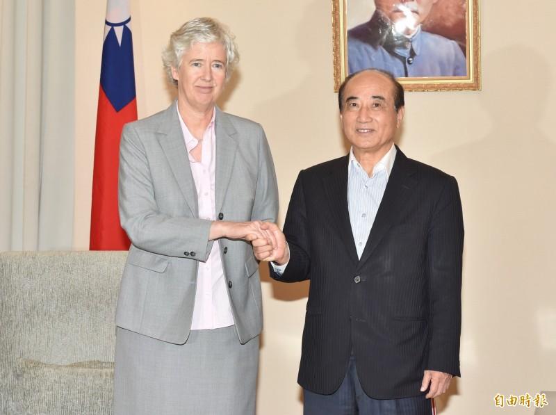 英國駐台辦事處代表唐凱琳(左)拜會前立法院長王金平。(記者塗建榮攝)