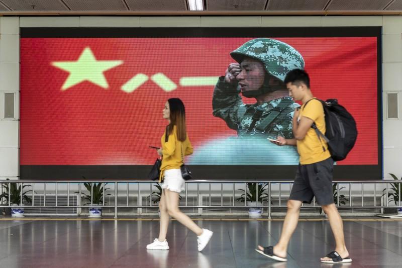 今日有5名港人至香港特區政府總部請願,要求特首林鄭月娥促請北京當局派出助港解放軍,以「維持社會治安」。(彭博)