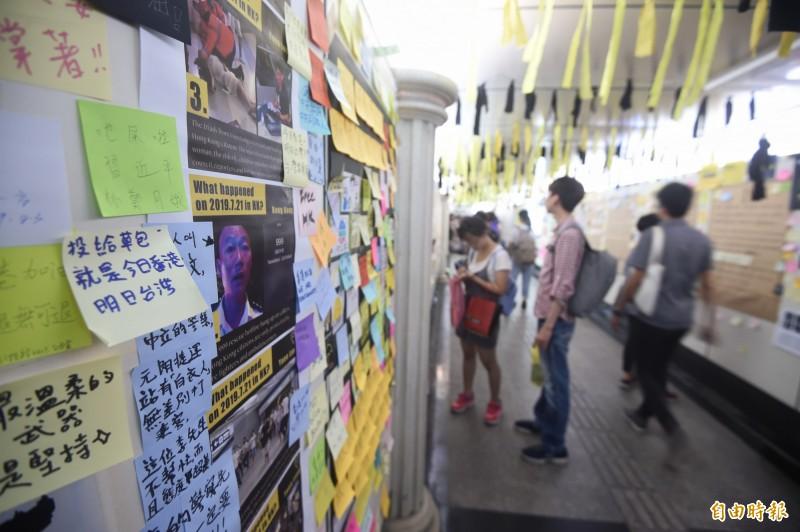 台灣各地都出現「連儂牆」以黏貼標語文字來支持香港,圖為台大公館地下道的連儂牆。(資料照,記者方賓照攝)