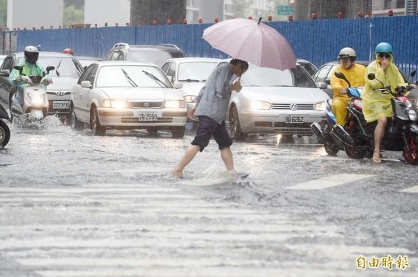 氣象專家彭啟明表示,今、明兩天仍會維持持續有雨的天氣,且容易積淹水致災。(資料照)