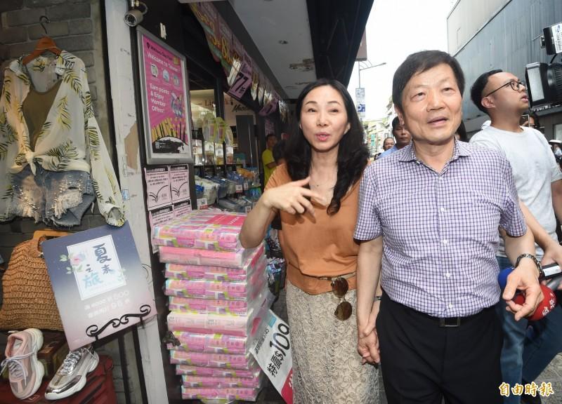國民黨總統選舉參選人韓國瑜夫人李佳芬17日拜訪台北市永康商圈,並沿路參觀店家。(記者方賓照攝)