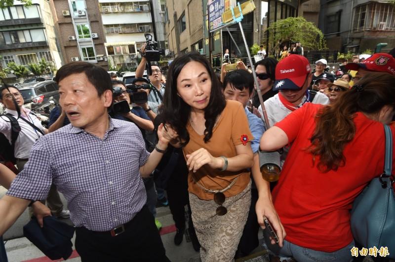 國民黨總統選舉參選人韓國瑜夫人李佳芬17日拜訪台北市永康商圈,沿途民眾熱情。(記者方賓照攝)