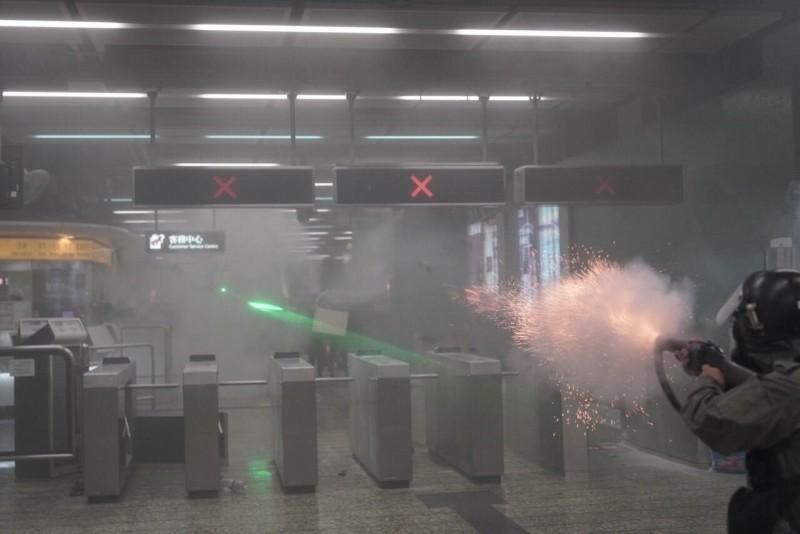 11日晚間9時許,香港警方於港鐵葵芳站內使用催淚彈,引來批評聲浪。(擷取自「Imaginaire」Facebook粉絲專頁,版權歸 Felix Lam @HK.Imaginaire 所有)