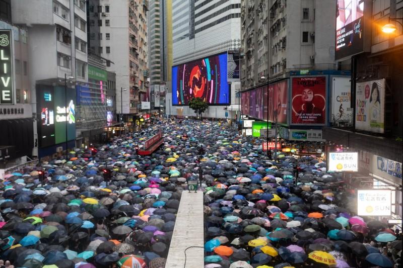 香港反送中抗爭已持續第11週,昨818維園集會,逾170萬人參加響應,有網友上傳昨天集會的縮時影片至美國網路分享平台Reddit上,震憾上萬人。(彭博)