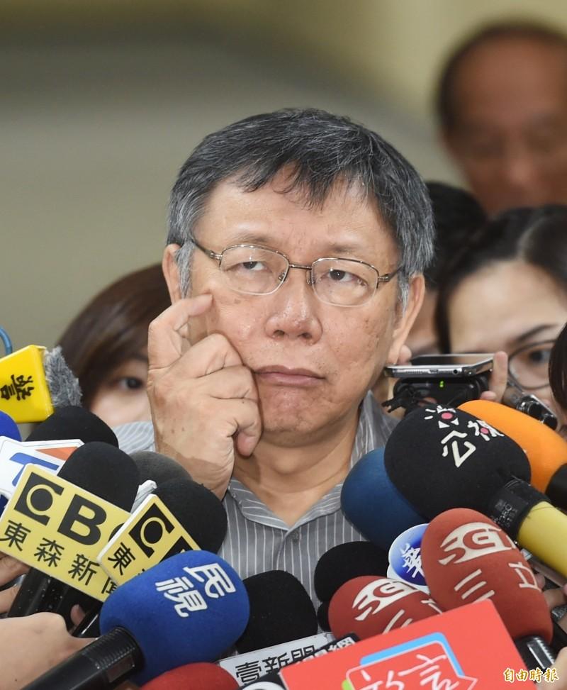 對於柯郭王3人何時會面?台北市長柯文哲(見圖)稱「市場決定論」,台灣社會有需要就會出現,國民黨文傳會顧問唐德明今在臉書上酸,照柯邏輯,詐騙集團就是市場需要才出現囉,這個邏輯大概會傷了很多被詐騙過的台灣人民的心。(記者方賓照攝)