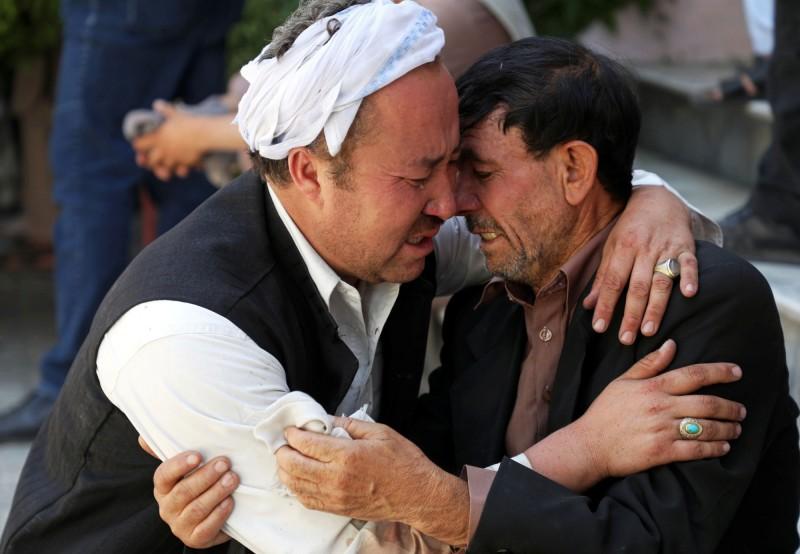 阿富汗首都喀布爾一場婚禮遭自殺炸彈客襲擊,造成現場賓客63死182傷。圖為悲痛的罹難者家屬。(歐新社)