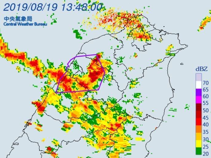 中央氣象局針對桃園市、新竹市、新竹縣、苗栗縣等4縣市發布大雷雨特報。(圖擷取自中央氣象局)
