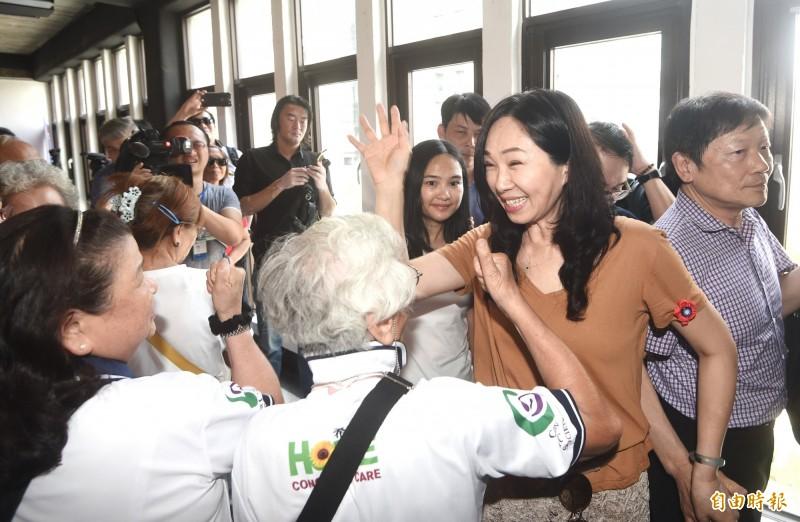 國民黨總統選舉參選人韓國瑜夫人李佳芬17日拜訪台北市永康商圈,跟民眾打招呼。(記者方賓照攝)