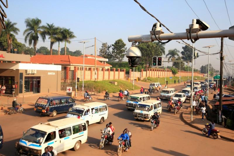 烏干達一輛油罐車連續撞擊3輛汽車並引發猛烈爆炸,至少有10人成為焦屍。烏干達交通狀況示意圖。(路透)