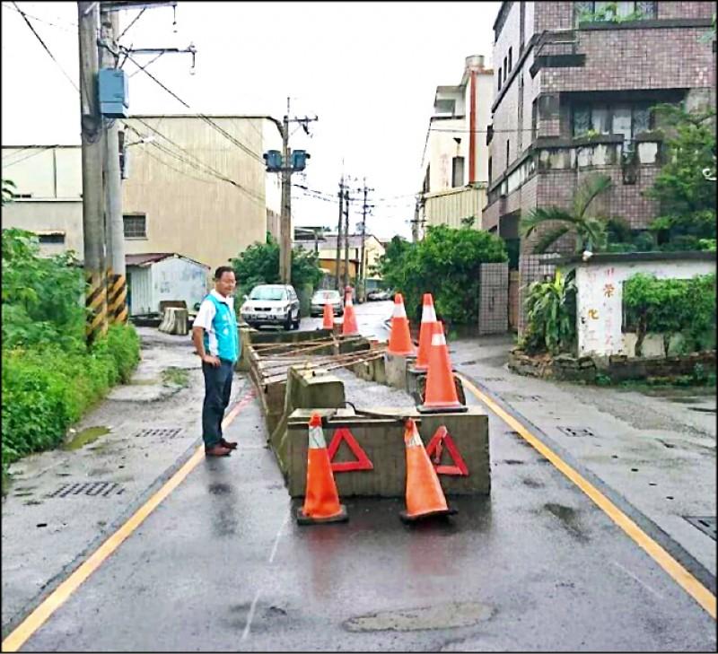 地主在道路中央灌水泥禁止通行,縣議員方一祥認為太誇張了。(記者葉永騫翻攝)