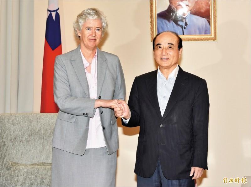英國駐台辦事處代表唐凱琳(左)昨拜會前立法院長王金平。(記者塗建榮攝)