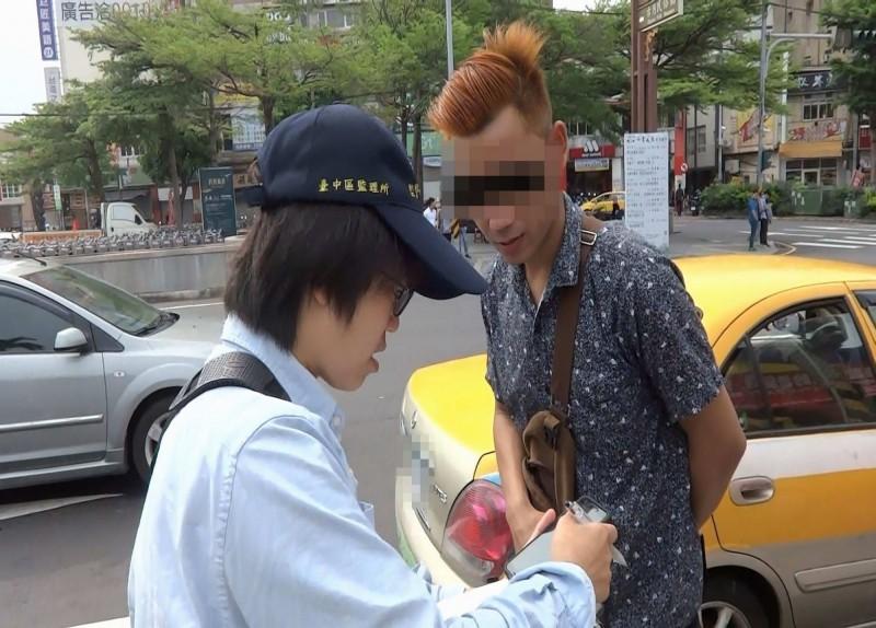 異想天開!他將自家車漆黃色偽裝計程車攬客遭查獲 重罰10萬元
