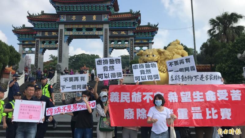 動保人士在義民廟前靜立抗議。(記者黃美珠攝)